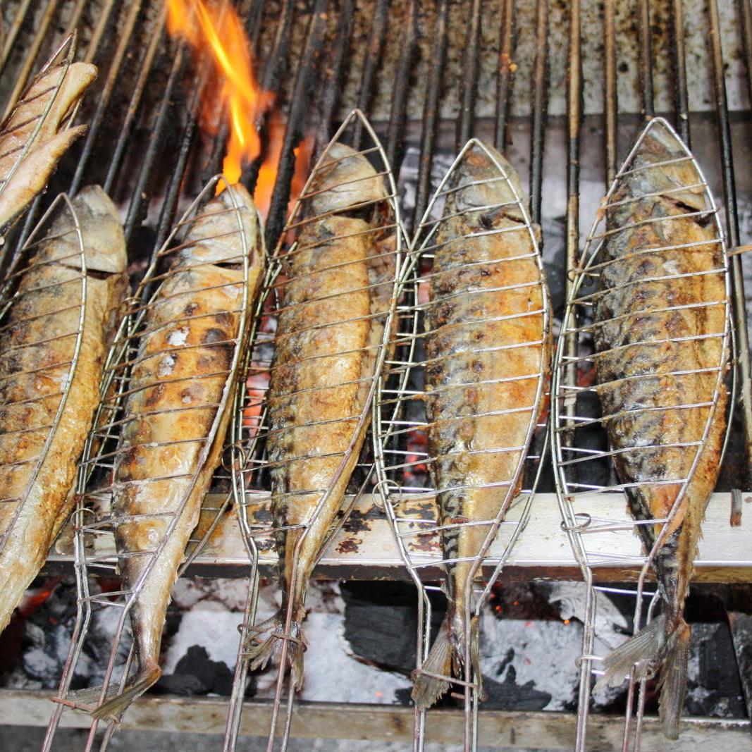 Steckerlfisch-Berlin-gegrillter-Fisch-Markt
