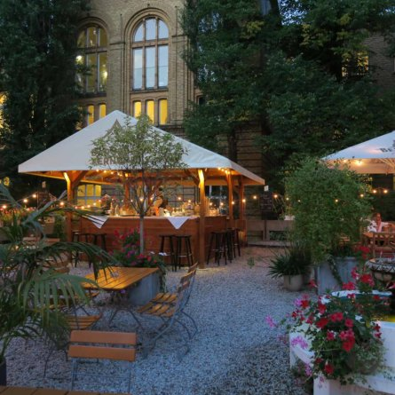 Biergarten in der Bar jeder Vernunft Berlin