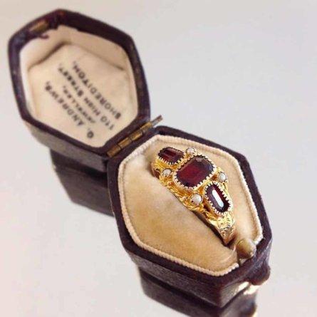 Schmuskstücke bei Antique Vintage Jewellery Berlin Mitte