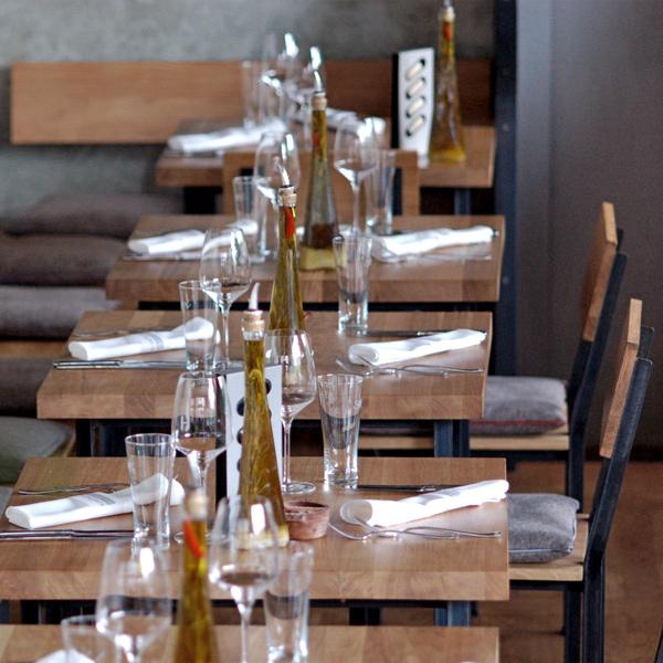 Rotisserie-Weingruen-Berlin-Tische