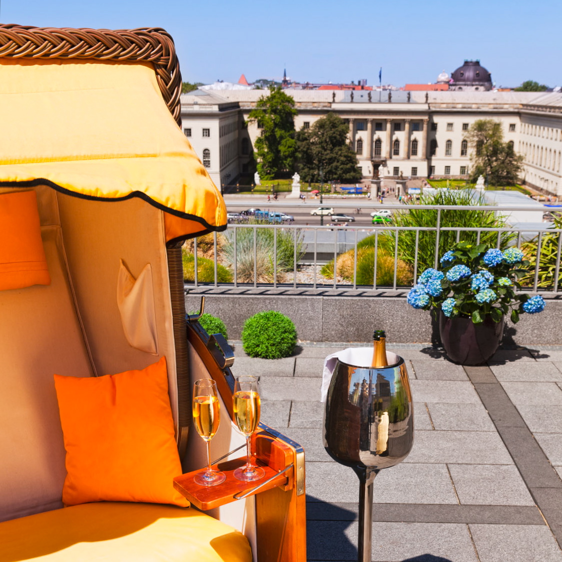 Hotel-de-Rome-Berlin-Dachterrasse-Strandkorb