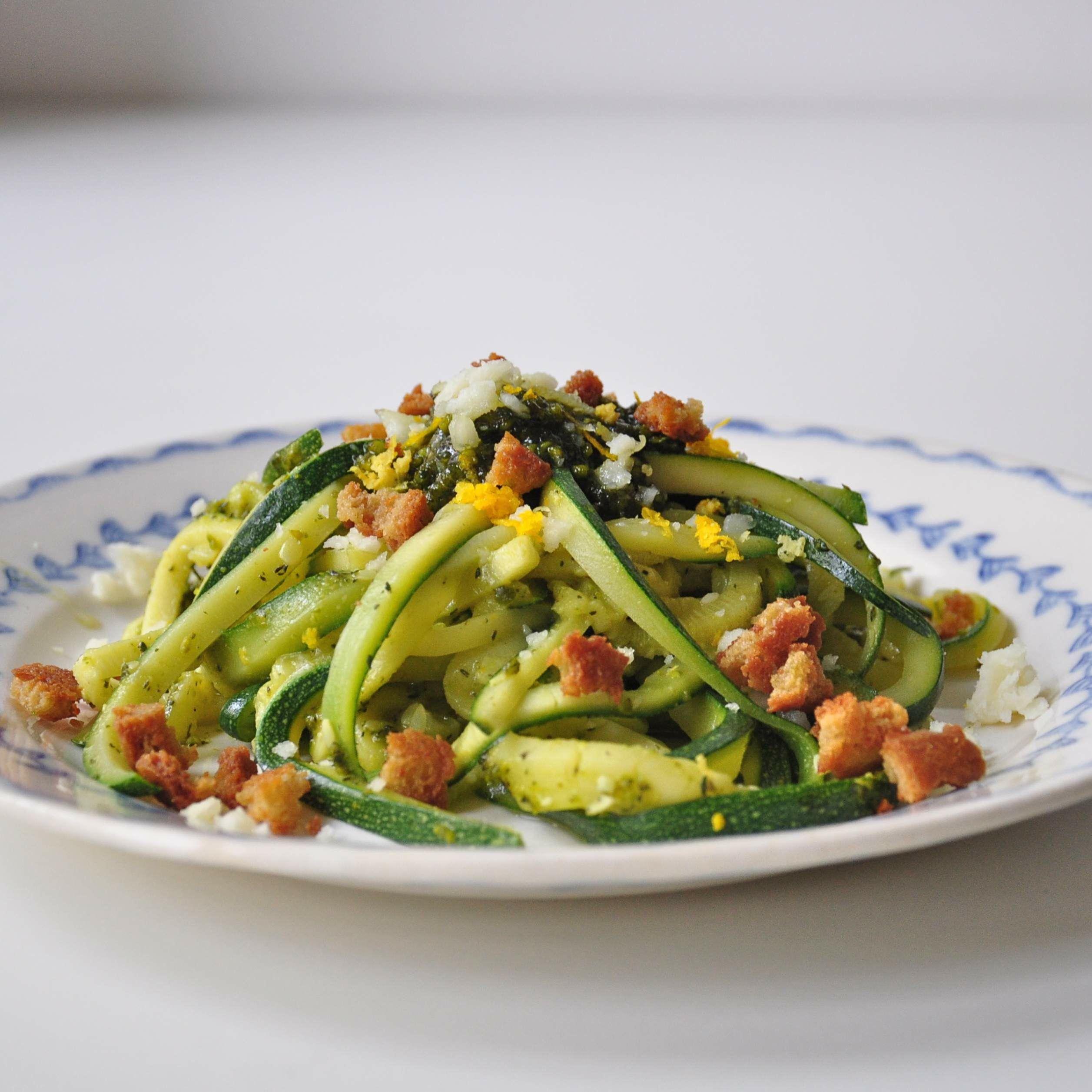 Paleo-Zucchini-Pasta-mit-Pistazien-Pesto