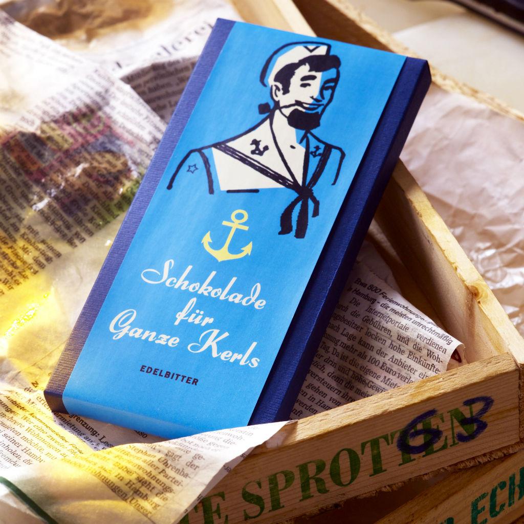 Schokolade der Fa. schokovida in Fischkisten mit Zeitungspapier ausgelegt