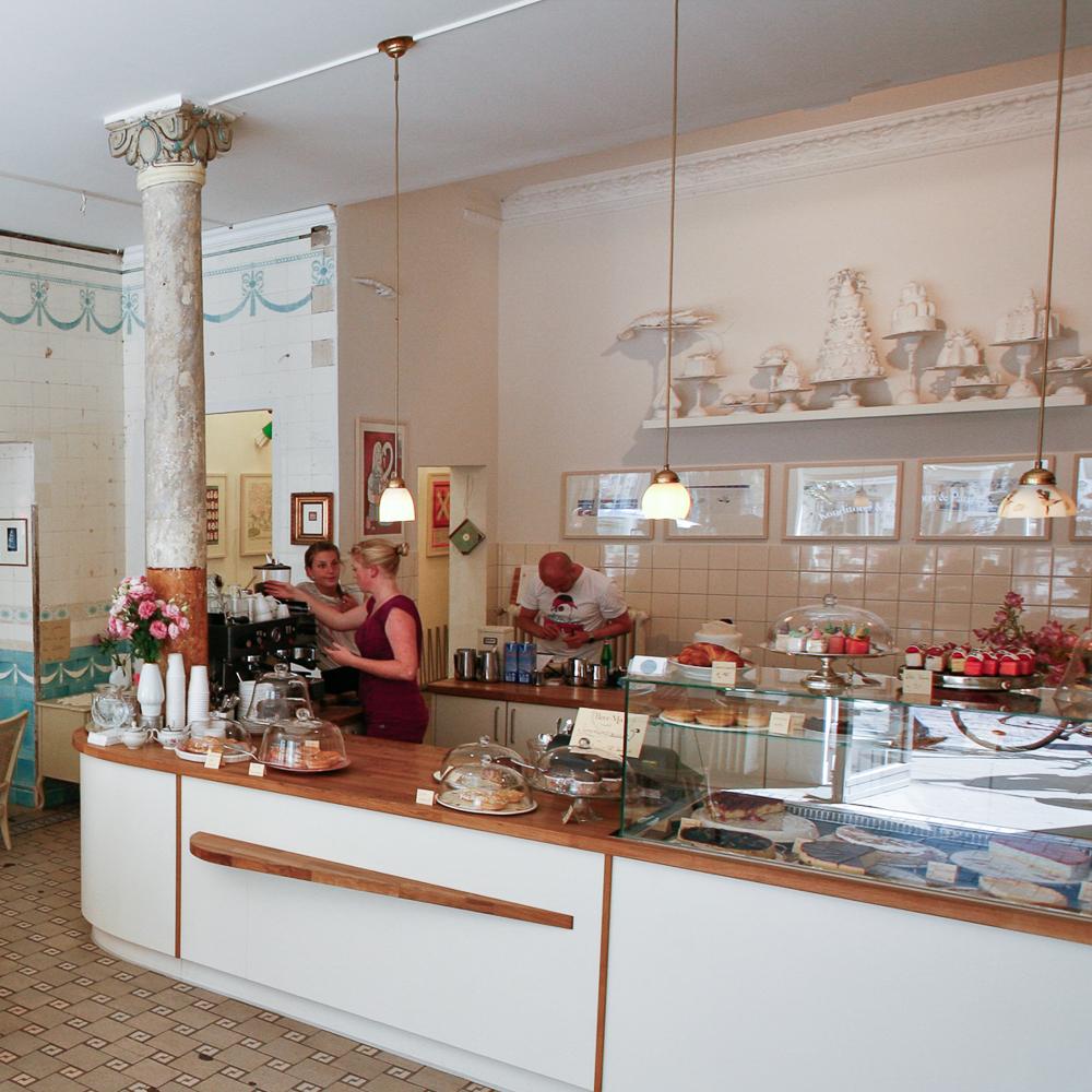 Herr-Max-Cafe-Hamburg-Torte-Rhabarber_Baiser
