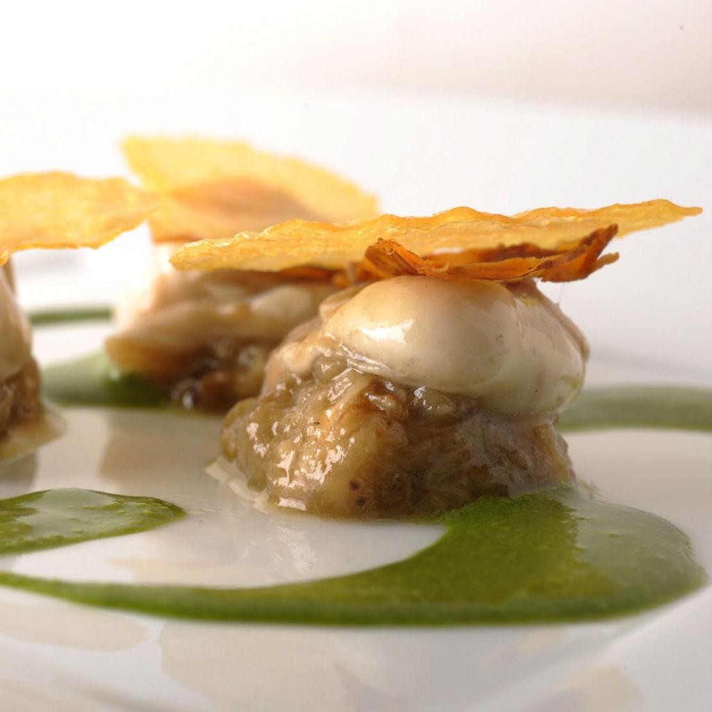Les-Solistes-Huitre-aubergine-feuille de pomme de terre-saumon fumeÌ_© Jaques Garvard
