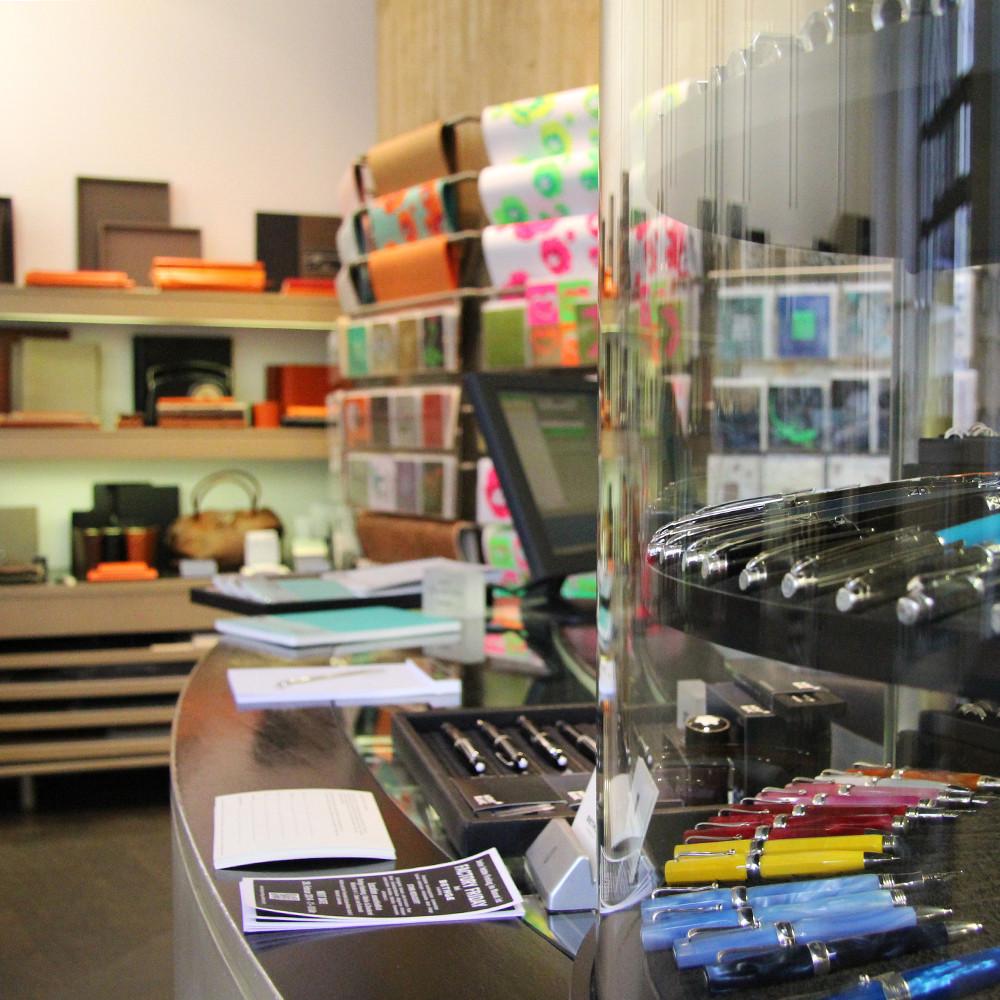 Bethge-Innenstadt-feine Papierwaren-Schreibgeräte-Taschen-Vitrine