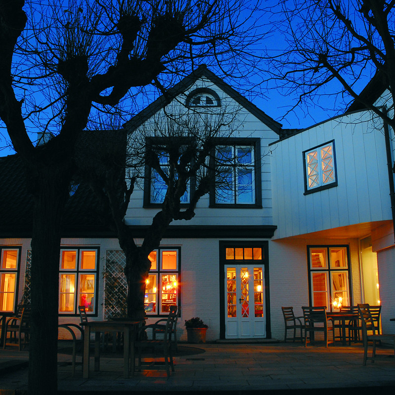 Louis-C-Jacob-außen-Bar-bei-Nacht