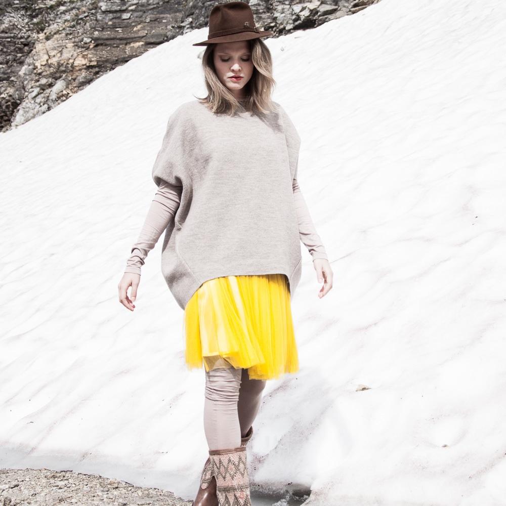 Elfenkleid Brautmode Mode Wien gelber Rock und grauer Pullover