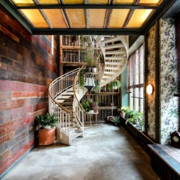 House of Small Wonder Café Berlin New York Interieur Treppe