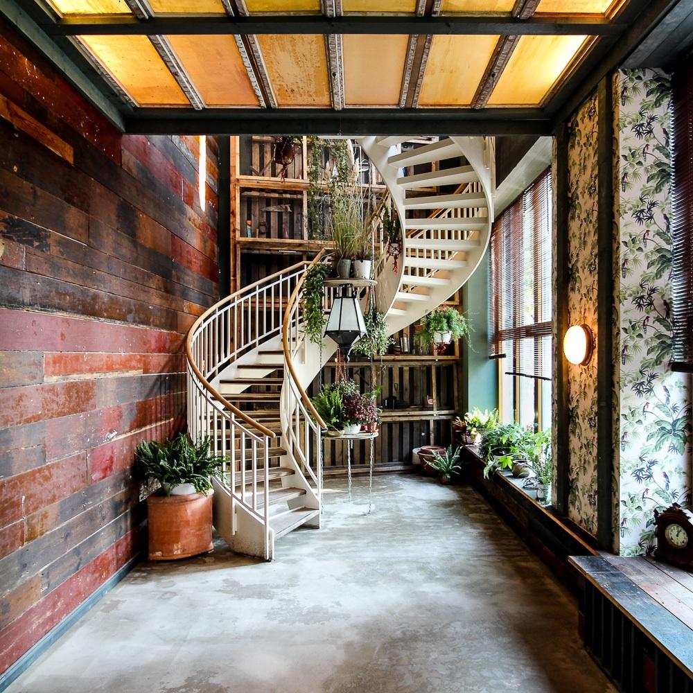 House of Small Wonder Café Berlin New York Interieur Treppe