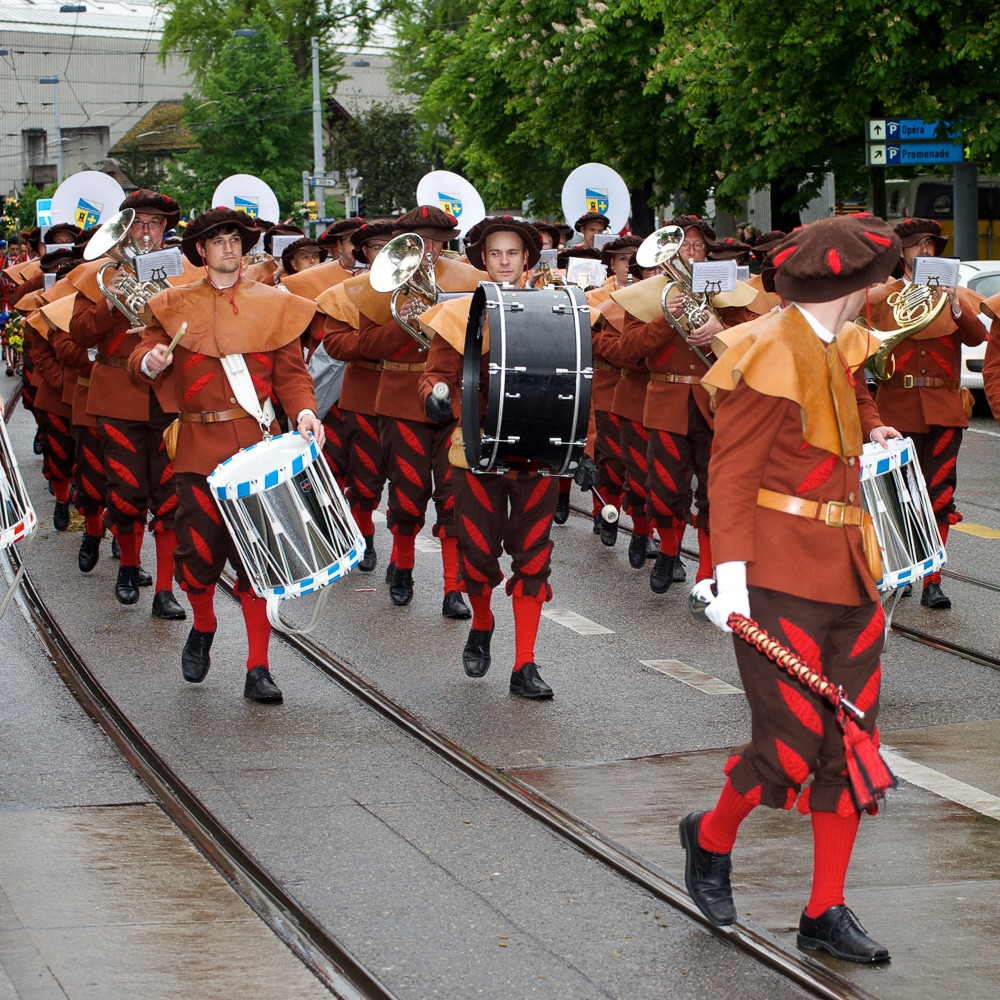 Sechseläuten Frühlingsfest Zürich Umzug mit Musik