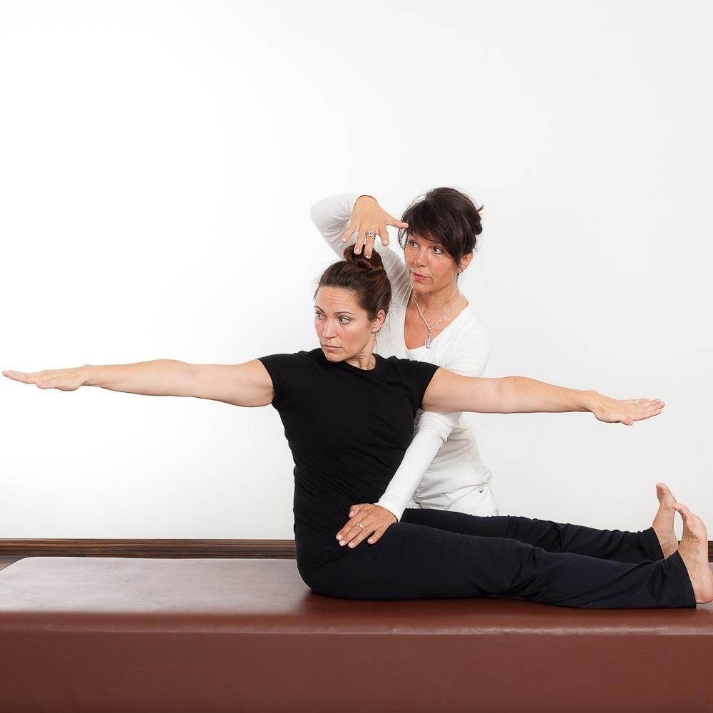 Senso Pilates Haltungsschule Berlin Steglitz Übung mit Hilfestellung
