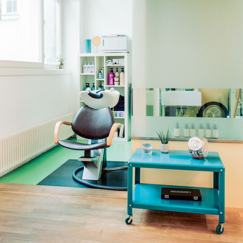 Schminks Hairstyling Make-Up Wien Stuhl