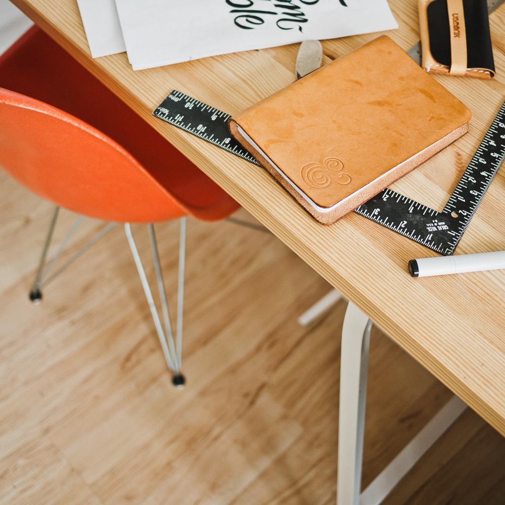 Schreibtisch mit Notizbuch