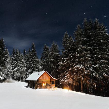 Holzhütte im Schnee