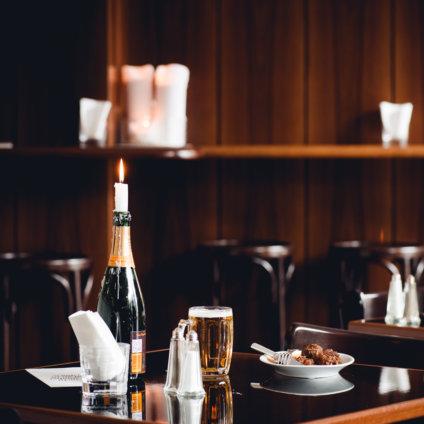 Gulasch and Champagne Grand Ferdinand Wien Tisch