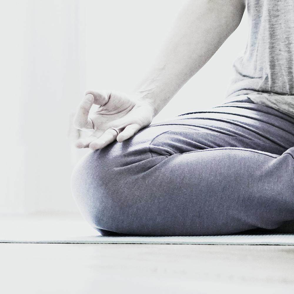 STUDIO ICH Yoga und Impuls-Strömen Schneidersitz