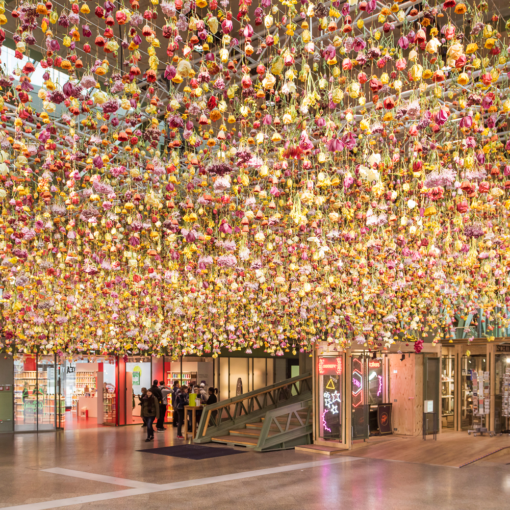 Bikini Berlin Rebecca Louise Law Installation Blumen Decke