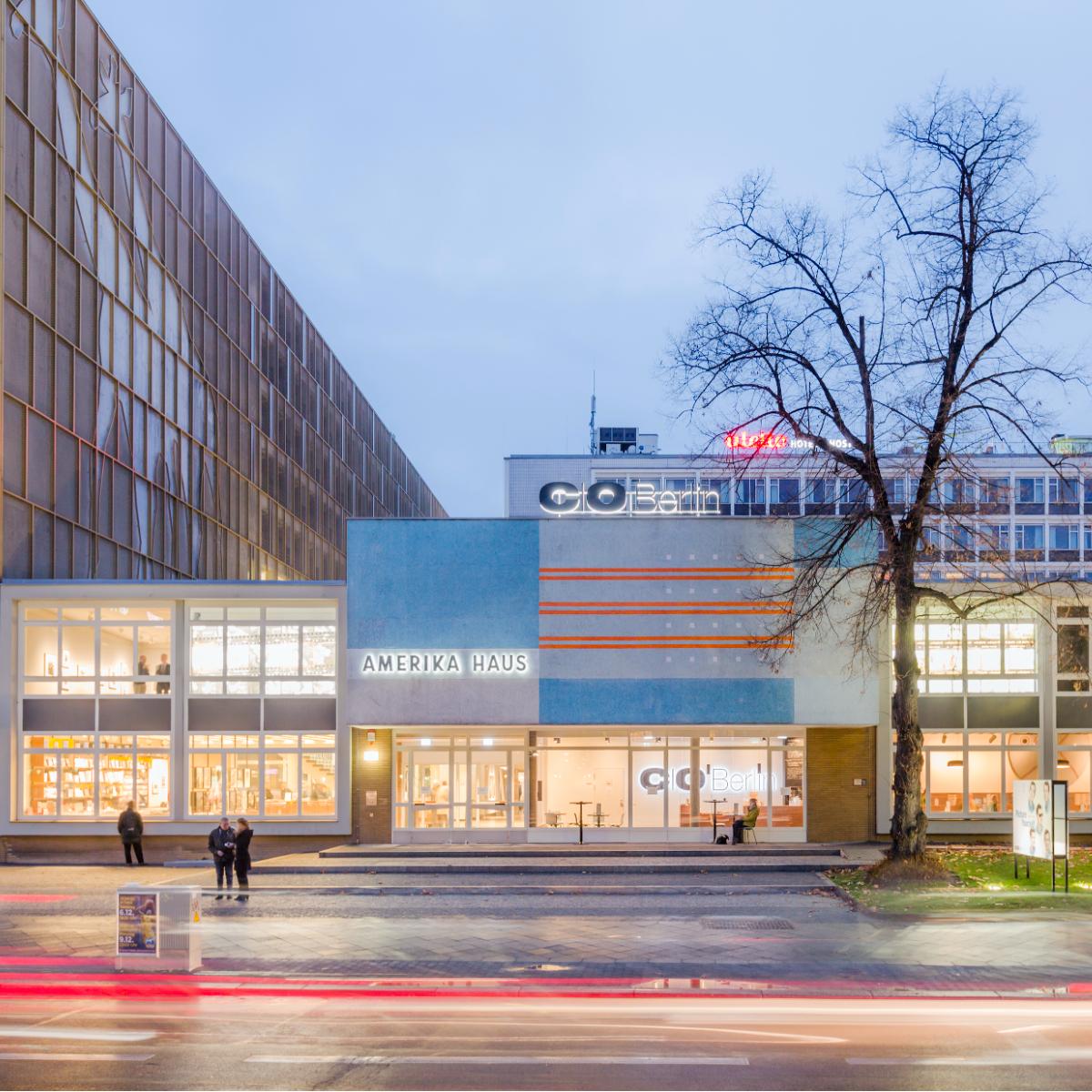 CO Berlin Amerika Haus Aussenansicht Nacht mit Verkehr