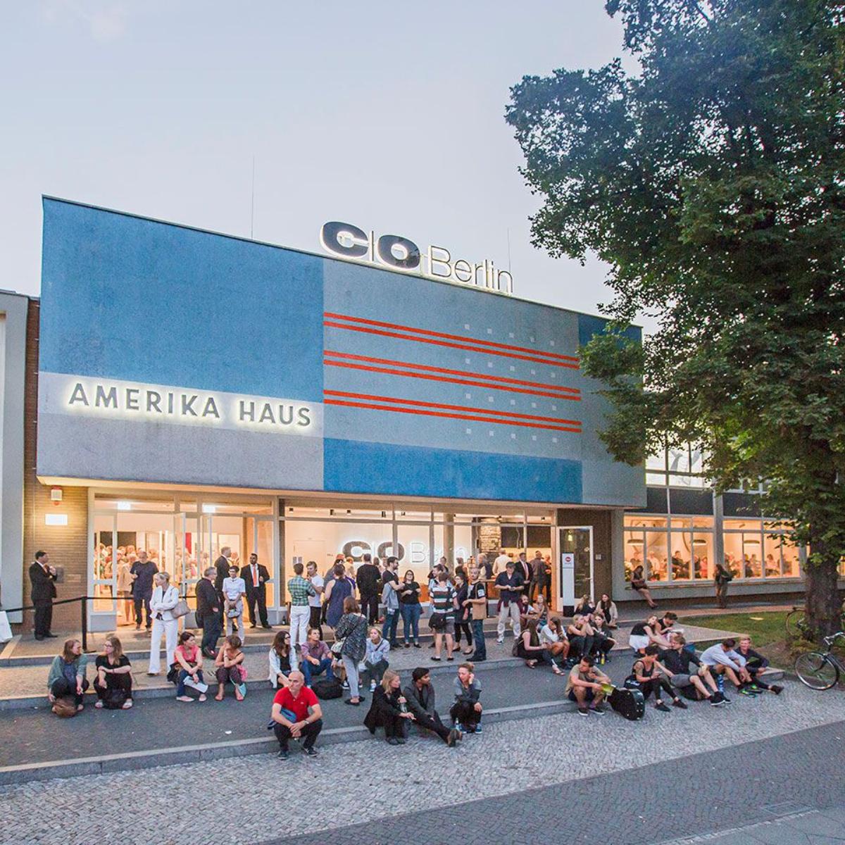 CO Berlin Amerika Haus Aussenansicht Vorplatz mit Publikum
