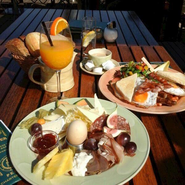 Klipper Frühstück mit Blick auf die Spree