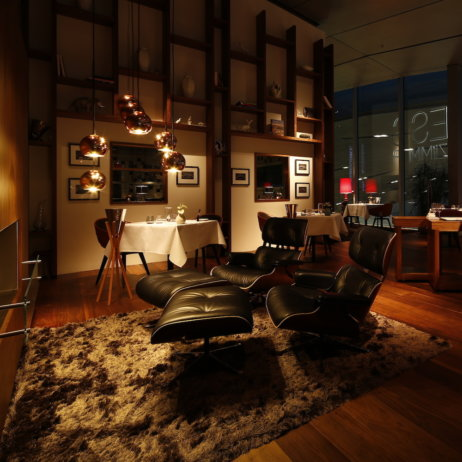 Esszimmer BMW Welt München - Kaminecke mit Eames Lounge Chair