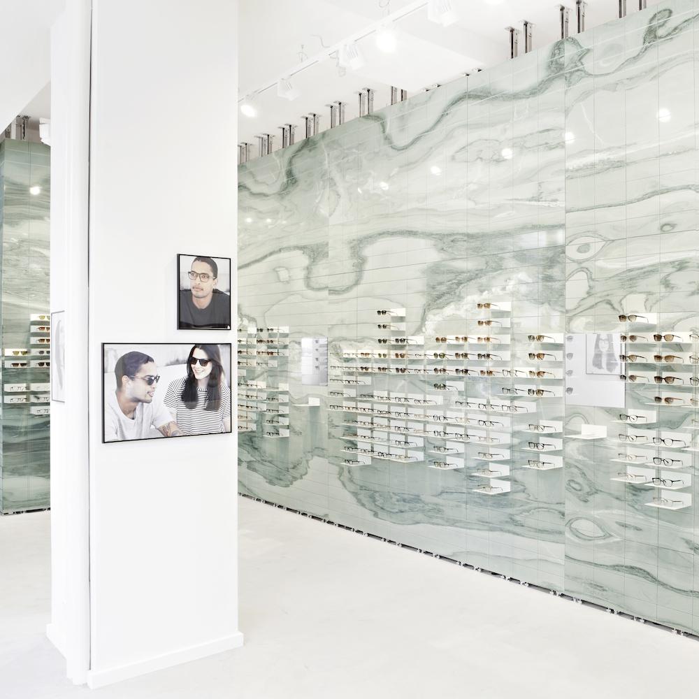 Viu Flagshipstore Berlin - Puristische Ladeneinrichtung mit grünem Marmor im Fokus