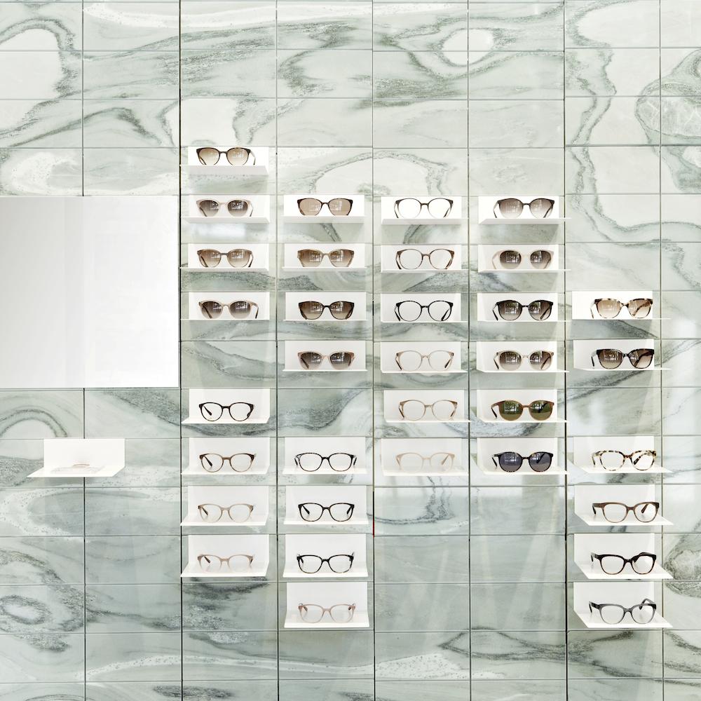 Viu Flagshipstore Berlin - Die VIU Brillen werden vor Wand aus griechischem Marmor präsentiert