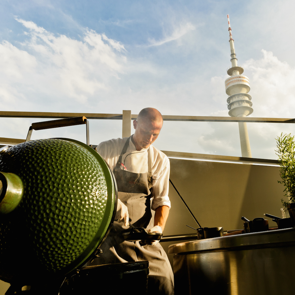 Bavarie BMW Welt München – Grillspezialitäten aus dem Smoker mit Blick auf den Olympiaturm