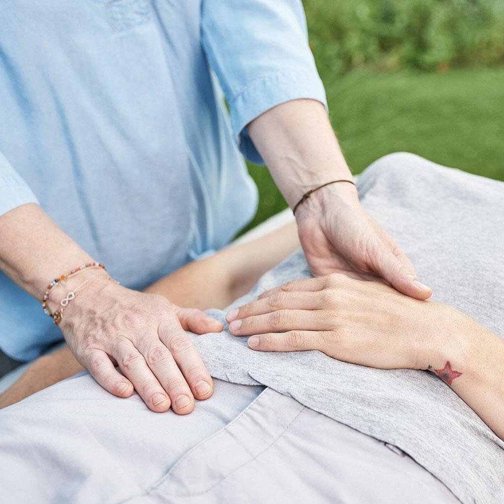 Strömen Impulsströmen Healing Touch Silvia Augustin Wien Bauch