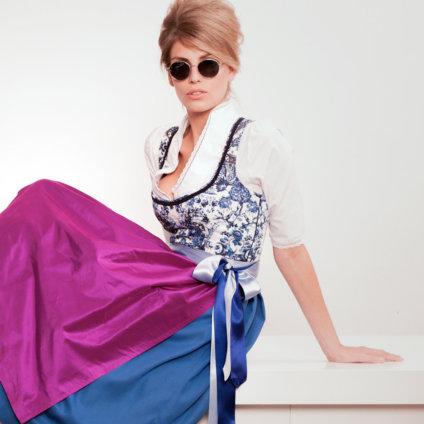 Ursula von Minckwitz München Dirndl Blau Delfter Muster