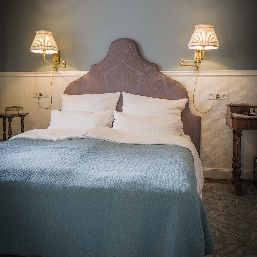 Hotel HENRI Berlin Kabinett mit Vintage Bett