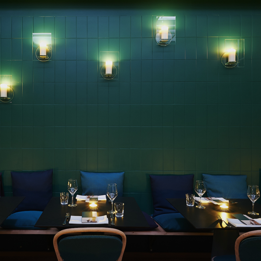 KISMET Restaurant München Grüne geflieste Wand und Kerzenlicht
