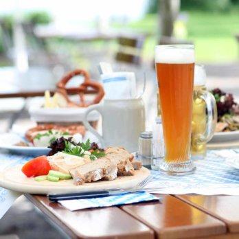 Gedeckter Tisch im Biergarten