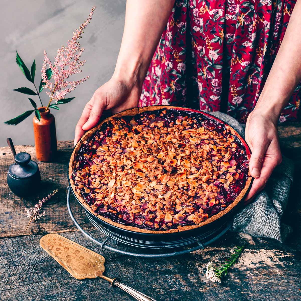 Kirschtarte mit knusprigen Mandelstreuseln und Vanillepudding