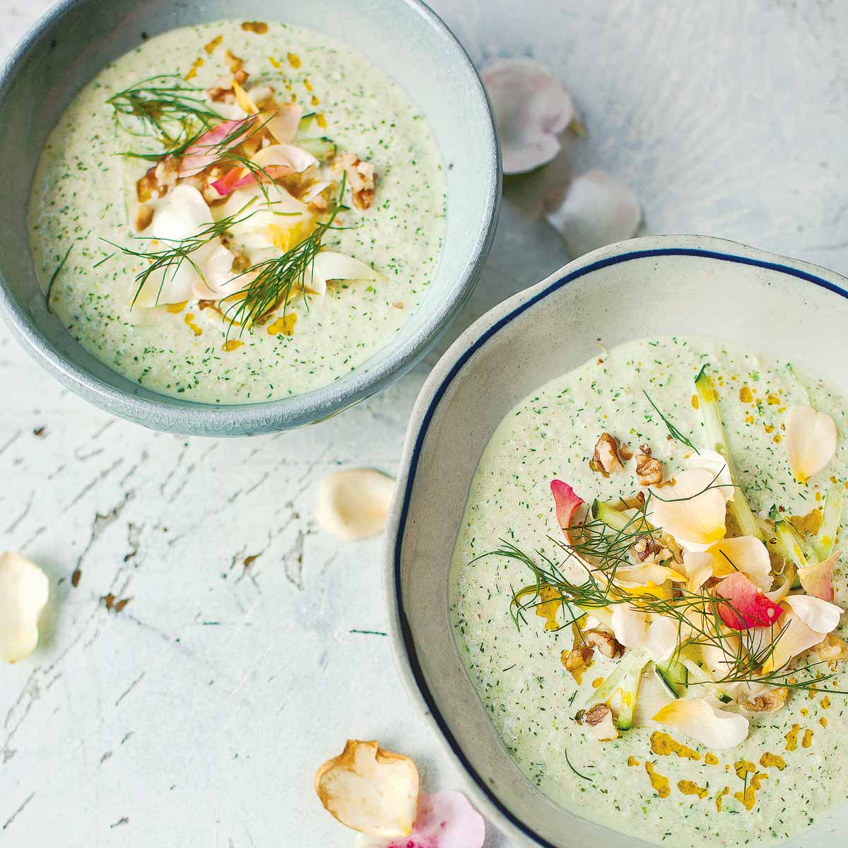 Gurken-Joghurt-Suppe mit Walnüssen und Rosenblüten
