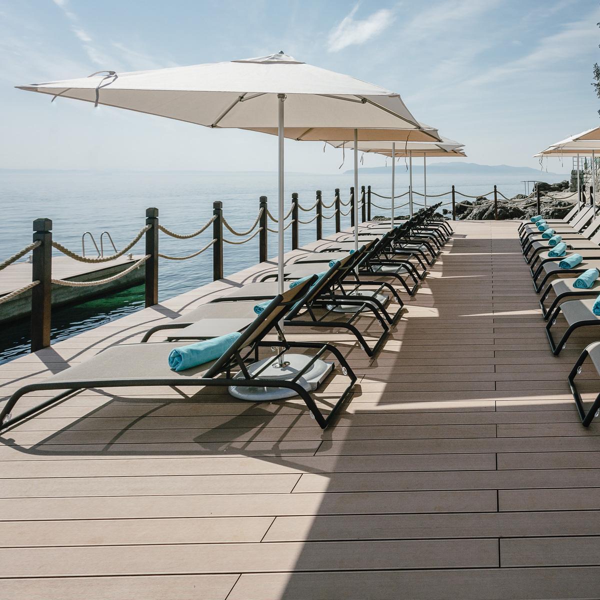 ikador-hotel-kroatien-deck-beach