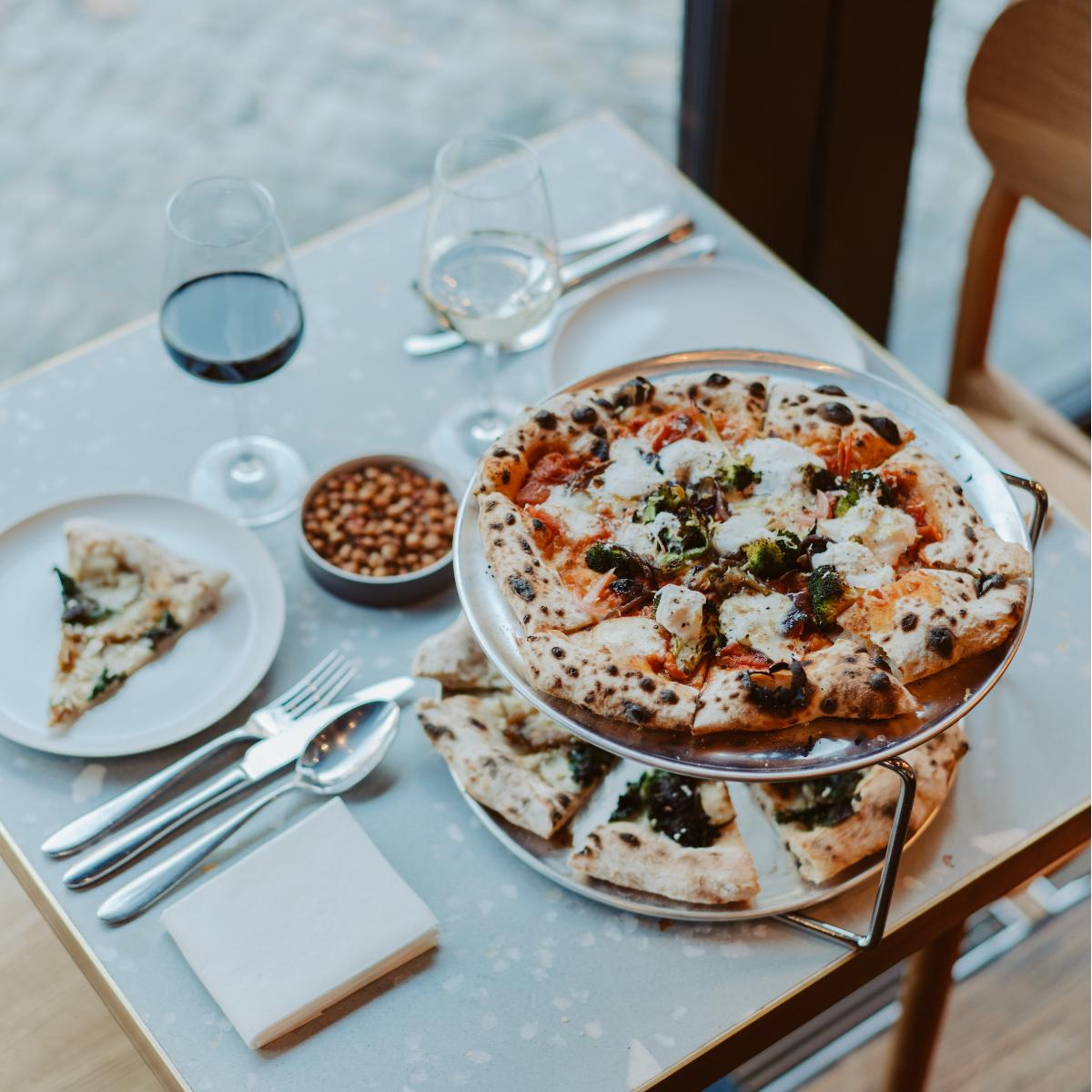 Estelle Dining zwei Pizzen und Weine (1)