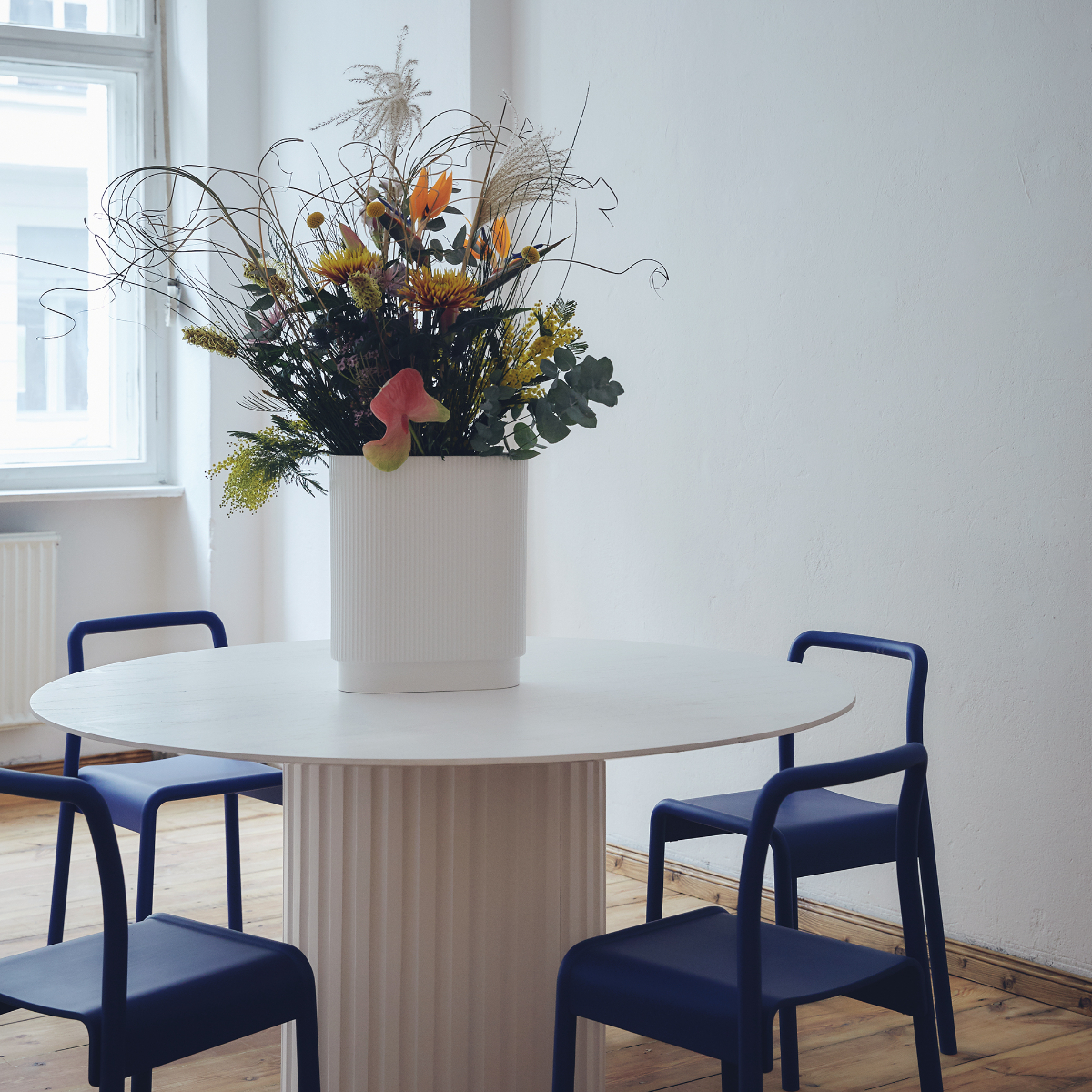 Maran44 Neukoelln Blumen und Tisch